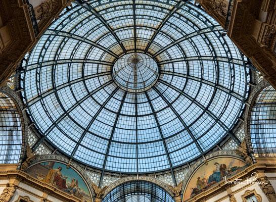 Am Schnittpunkt der Galerien befindet sich ein achteckiger Platz mit 39 Metern Durchmesser. Die Glaskuppel über diesem Oktogon erreicht eine Höhe von 47 Metern.
