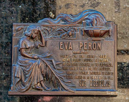 Ungewöhnlich ist die Tradition dieses Friedhofs, dass auf den Namenstafeln nur das Sterbedatum, nicht jedoch das Geburtsdatum vermerkt wird.