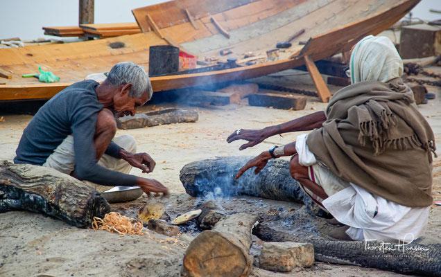 An diesen betonierten, treppenartigen Zugängen zum heiligen Fluss beten und baden hinduistische Pilger aus ganz Indien. Gläubige praktizieren religiöse Rituale.