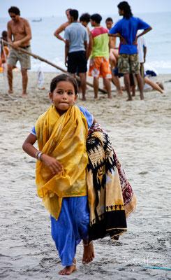 In farbenfrohen Strandbuden werden Fischgerichte, goanische und westliche Speisen angeboten und viele dienen am Abend gleichzeitig als Livemusikbars.