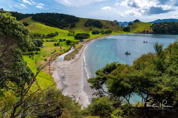 Die Insel besitzt zahlreiche sandige Strände. Besonders an die Ostküste ist wegen ihrer Riffe ein Tauchgebiet.
