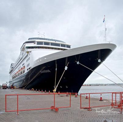Die Reederei Holland America Line bietet seit mehr als 140 Jahren internationale Kreuzfahrten auf sehr gutem Niveau an. Die Größe der einzelnen Schiffe reicht dabei von kleinen Schiffen, mit ca. 800 Passagieren, bis hin zu großen Schiffen, mit bis zu 2650