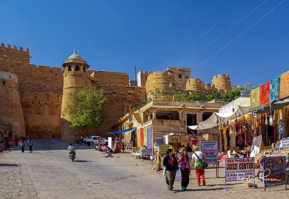 Die imposante, dreieckige Festung Jaisalmer (Berg des Jaisal) ist 500 m lang und 250 m breit. In ihren Mauern hat sie 99 Bollwerke, von denen aus sie früher verteidigt wurde.