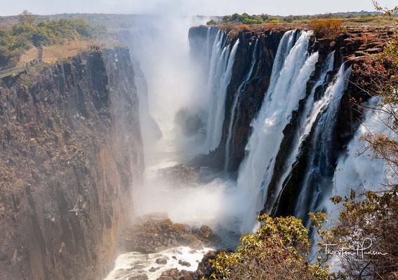 Die Wasserfälle können von beiden Ländern aus besichtigt werden und größtenteils werden mit Helikopterflügen, Rafting und Sundownerfahrten diverse Adventure-Aktivitäten angeboten.