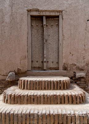 Einer Legende entsprechend wurde der Bau abgebrochen, da der Herrscher des Emirats Buchara den Bau eines noch höheren Minaretts als Kalta Minor geplant haben sollte.