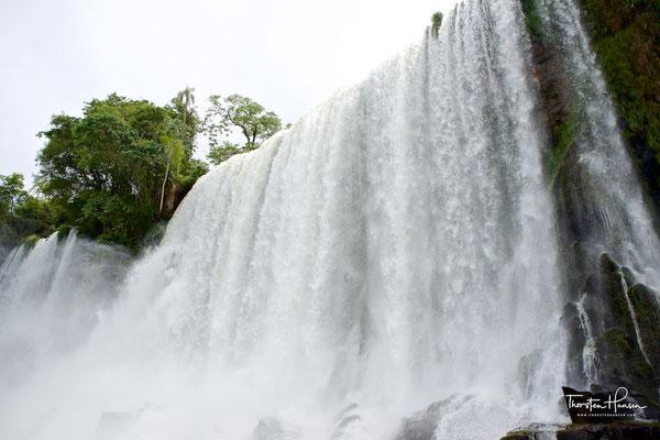 Die Wassermenge an den Fällen schwankt von 1500m³/s bis über 7000m³/s