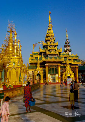 Der Legende nach ist die Shwedagon-Pagode mehr als 2500 Jahre alt. Aufzeichnungen buddhistischer Mönche bezeugen, dass die Pagode bereits vor dem Tod des historischen Buddha Siddhartha Gautama im Jahre 486 v. Chr. erbaut wurde