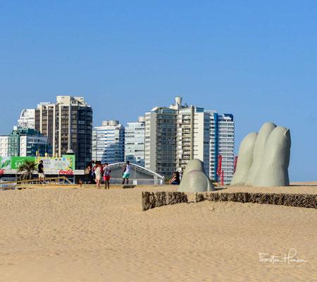 "Die Skulptur ""La Mano de Punta del Este"", auch bekannt unter der Bezeichnung ""Los Dedos de Punta del Este"", steht im Süden des weißen Sandstrands Playa Brava von Punta del Este."