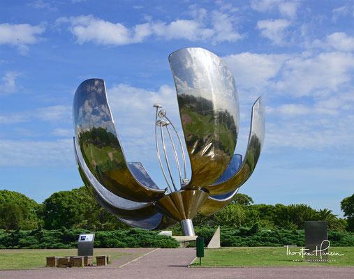 Floralis Genérica, eine Skulptur aus Stahl und Aluminium an der Plaza de las Naciones Unidas