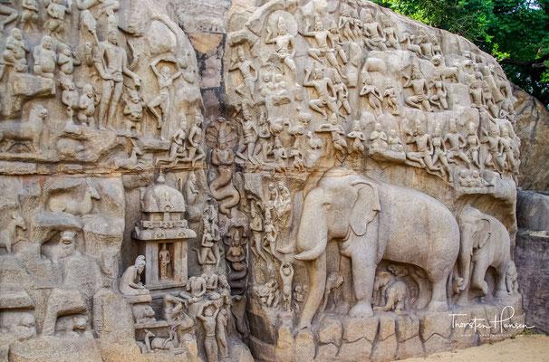 """Die """"Herabkunft der Ganga"""" ist ein im 7. Jahrhundert entstandenes Flachrelief. Mit 12 m Höhe und 33 m Breite ist es eines der größten (vielleicht das größte) Felsrelief der Welt."""