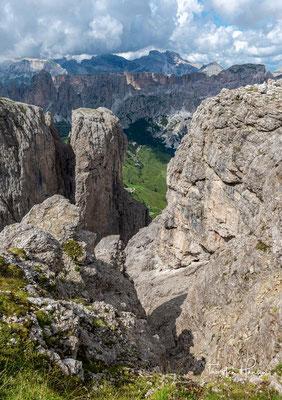 Blick auf das Setus Tal mit dem Campidel Turm, im Hintergrund die Gipfel des Naturparks Puez-Geisler.