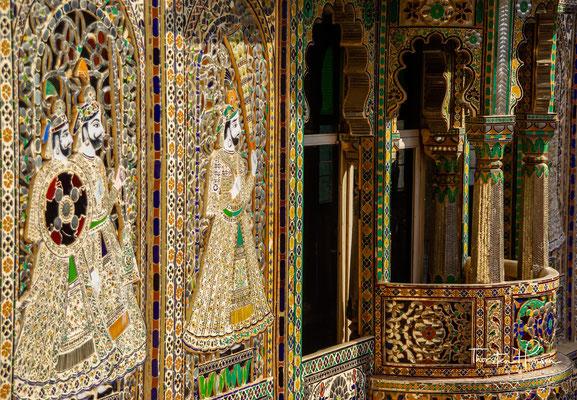 Überall sind die Marmor- und Granitwände mit brillanten Miniaturmalereien, Kacheln und Mosaiken aus Bunt- und Spiegelglas verziert, und einzelne Räume baden im von Buntglasfenstern gefilterten Sonnenlicht.