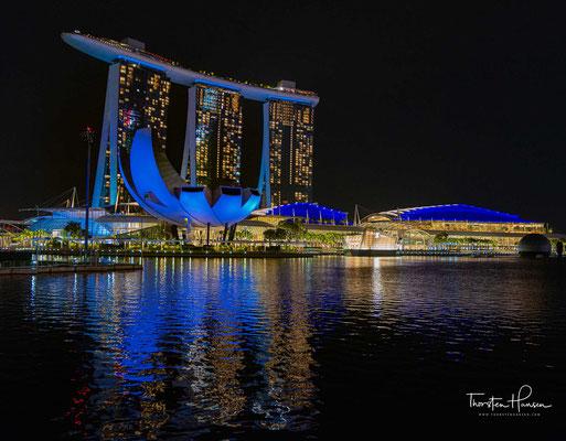 Marina Bay Sands ist ein Resort an der Marina Bay in Singapur, das von Las Vegas Sands erbaut und 2010 eröffnet wurde.
