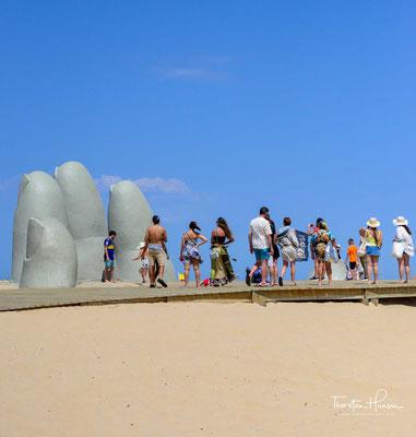 Das etwa fünf Meter breite und etwa drei Meter hohe Denkmal wurde im Februar 1982 von dem chilenischen Bildhauer Mario Irrazábal innerhalb von sechs Tagen unter Zuhilfenahme eines mitgebrachten Kunststoff-Modells geschaffen.
