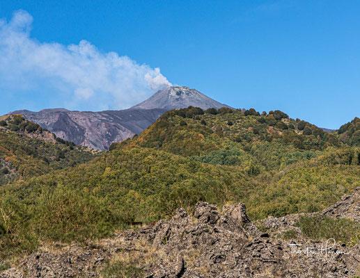 Der Ausstoß von Lava bei einem Ausbruch erfolgt aber meistens nicht über die Gipfelkrater, sondern an den Flanken des Bergkegels.