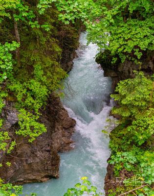 Er hat seinen Ursprung am Zusammenfluss mehrerer Quellbäche im Enger Grund des Naturparks Hinterriß-Eng im Karwendel in Tirol.