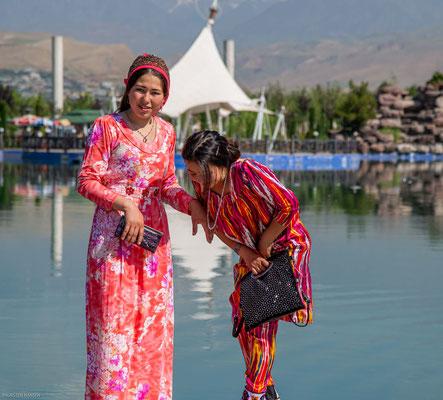 Junge Frauen vor dem Nationalmuseum von Tajikistan in Duschanbe