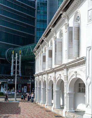 Die Orchard Road ist die bekannteste Einkaufsstraße in Singapur. Am südlichen Ende der Straße liegt der Istana, die offizielle Residenz des Präsidenten Singapurs