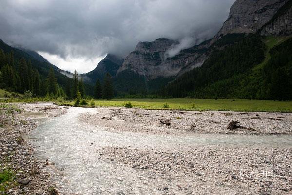 Die Ufer des Karwendelbachs sind im Großteil des Verlaufs in einem natürlichen, im Bereich um die Larchetalm in einem naturnahen Zustand. Der ökologische Zustand wird im gesamten Verlauf als sehr gut oder gut bewertet