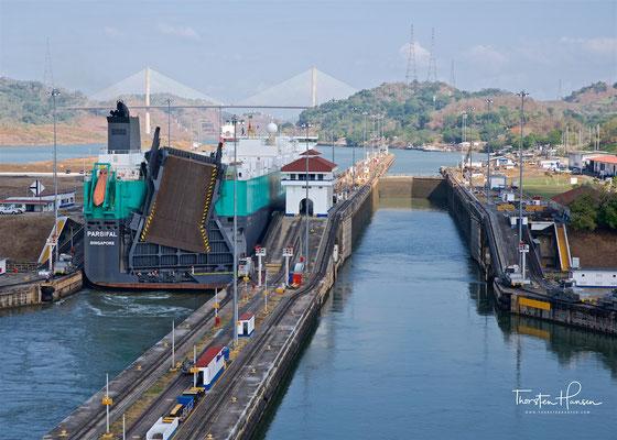 Es gibt auf beiden Seiten je drei Schleusenkammern pro Richtung, insgesamt also zwölf Schleusenkammern im Panamakanal