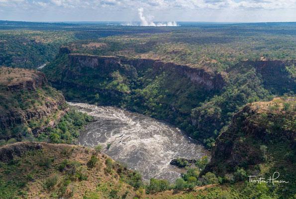 Während der Sambesi also oberhalb der Victoriafälle in einem breiten Flussbett über die Basalte hinweg strömt, fließt er unterhalb faktisch durch sie hindurch, kanalisiert durch Klüfte, die er während der vergangenen Jahrhunderttausende selbst freigeräumt