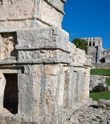 Freskentempel, im Hintergrund das Castillo