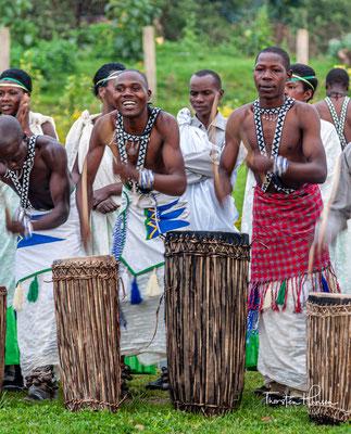 Einer der Hauptgründe, warum der Tanz alle anderen an Popularität übertraf, war, dass er von der Armee getanzt wurde, und die Soldaten aus allen Gemeinden Ruandas stammten, d.h. von Viehhaltern, Bauern und Töpfern.