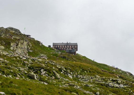 Es zeigte sich, dass dies mit der 125 Jahre alten Hütte nicht zu leisten war. Somit fiel die Entscheidung für einen Ersatzbau. 2006 wurde die alte Olpererhütte abgerissen und ein Neubau wurde begonnen.