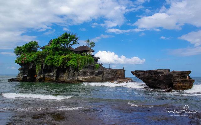 Der geheimnisvolle Meerestempel Pura Tanah Lot. Der Tempel wird dem javanischen Hindupriester Danghyang Nirartha (auch: Pedanda Sakti Bau Rau) zugeschrieben.