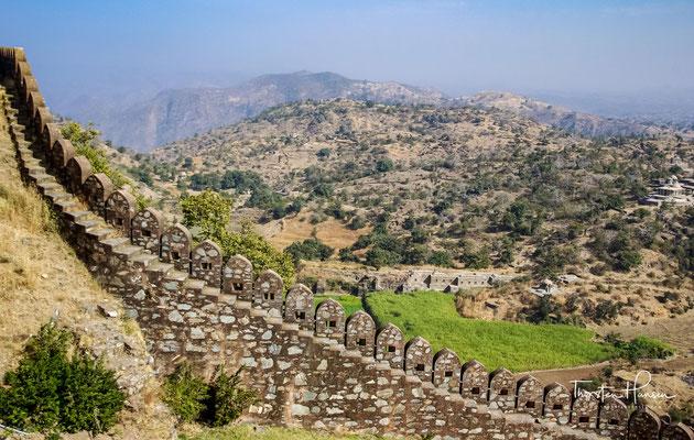 Bereits vor Beginn der Belagerung hatte der erst 13-jährige Udai Singh II., der spätere Fürst von Mewar, die Stadt verlassen und in Bundi, der Heimatstadt seiner Mutter, und in der Festung Kumbhalgarh Schutz gesucht.