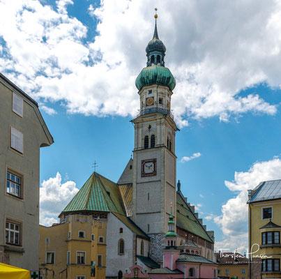 Da aber der Absamer Pfarrer ab 1413 in der Stadt Hall wohnte und die Einwohnerzahl im 15. Jahrhundert stark anstieg, wurde die Kirche wiederum erweitert und erhielt ihre heutige gotische Gestalt.