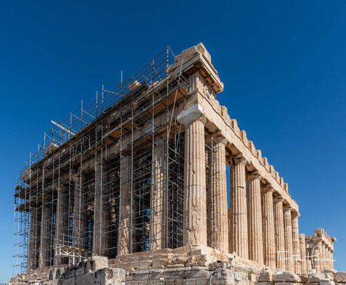 Der Parthenon ersetzte einen älteren Tempel der Athena, den sogenannten Vorparthenon, der während der persischen Eroberung Athens im Jahr 480 v. Chr. zerstört worden war. Im 6. Jahrhundert n. Chr. wurde der Tempel in eine Kirche umgewandelt
