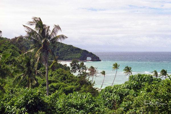 Der ca. 3,5 km lange White Beach, Diniwid Beach an der Westseite und die Nachbarinsel Crocodile Island sind touristische Attraktionen.