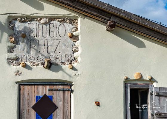 Die Puezhütte liegt auf dem Hochplateau der Puezgruppe, inmitten von Almwiesen auf 2.475 m.