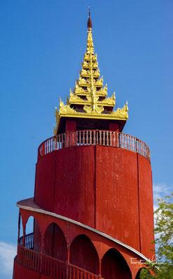 Für die Erkundung des recht großen Areals bieten sich ein Fahrrad oder eine Rikscha an. Die Briten eroberten im 3. Britisch-Birmanischen Krieg Mandalay. König Thibaw wurde ins Exil nach Indien verbannt.