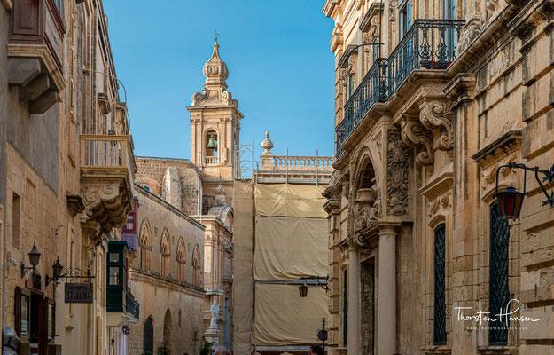 Nachdem Valletta 1571 zur endgültigen Hauptstadt Maltas ernannt worden war, strebte die Inselbevölkerung in die neue Metropole, was in Mdina zu einem erheblichen Bevölkerungsschwund führte.