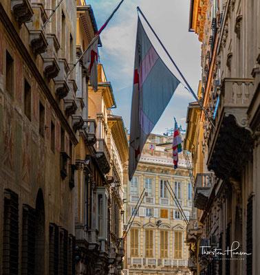 Die Via Garibaldi, die Prachtstraße von Genua, ist nur 7,5 m breit. Die hohen und mächtigen Fassaden von 14 Palästen lassen sie noch enger erscheinen.