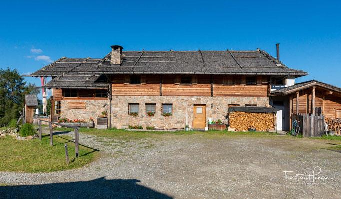 Windschief und wildromantsch, umhüllt vom Lärchenholzduft, ist der in den Jahren 1932/33 errichtete Teil der Hütte.