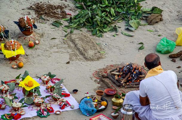 Die Männer rasieren sich die Haare und Sadhus meditieren. Schlangenbeschwörer lassen ihre Kobras im Flötenklang tanzen.
