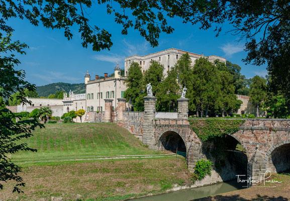 Die Familie Obizzi stammte ursprünglich aus Burgund und kam mit Heinrich II. nach Italien, wo sie sich schließlich im Gebiet der Republik Venedig niederließ.
