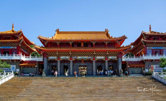 Im zweiten Stock der Eingangshalle befindet sich ein Schrein, der dem Ersten Vorfahren Kaiji und dem Gott der Literatur gewidmet ist.