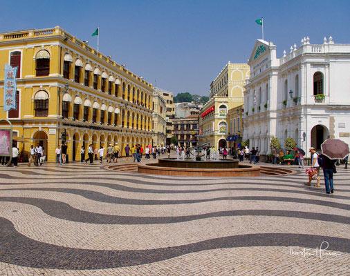 Der Platz wurde nach dem Leal Senado benannt, einem Treffpunkt der Chinesen und Portugiesen aus dem 16. bis 18. Jahrhundert, der sich direkt vor dem Platz befindet, auf dem sich heute das Leal Senado-Gebäude befindet.