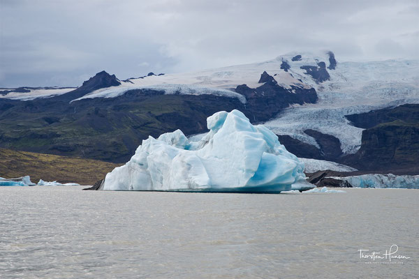 Mit dem Breiðárlón ist er durch den Fluss Breiðá verbunden. Oberhalb des Sees befindet sich der Hvannadalshnúkur, auch Öræfajökull.