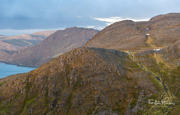 Der Weg zum Nordkap führt durch wunderschöne, wilde Natur, wie aus einem Bilderbuch.