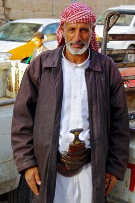 Die Sambia (Krummdolch) gehört noch heute zur traditionellen Bekleidung des Mannes