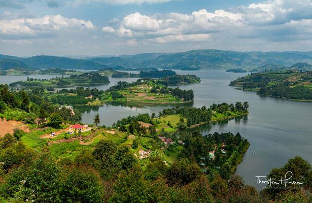 Die Daten über die maximale Tiefe des Sees variieren von 44 bis zu 900 Metern an manchen Stellen. Sofern dies stimmt, ist der Bunyonyisee der zweittiefste in Afrika.