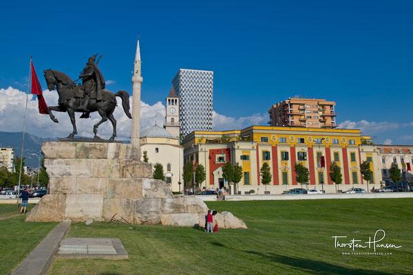 Die Skanderbeg-Statue am Skanderbeg-Platz in Tirana