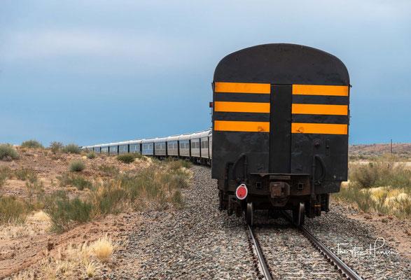 An der Bahnstrecke liegt der Haltepunkt Holoog. Der Holoogberg grenzt an den Gondwana-Canyon-Naturpark.
