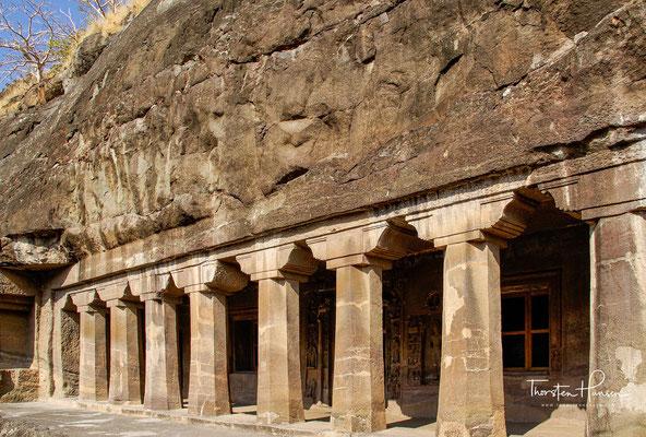Höhle 4 ist ein Vihara, mit vorgelagerter Veranda, reich skulptiertem Eingang, Säulenumgangshalle mit 28 achteckigen Stützen, 15 Zellen, links roh angefangener Kapelle und roh gearbeiteter Decke mit hängendem Felsgestein.