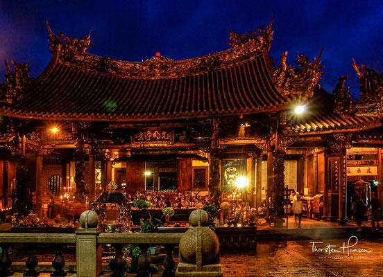 Die Freiwilligen signierten mit dem Namenssiegel des Longshan-Tempels und trugen sich beim Amt ein, um Kriegsdienst zu leisten.